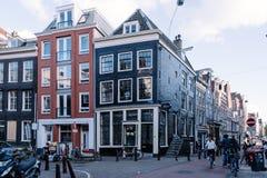 街道在Oude Pijp,一个邻里在阿姆斯特丹,一多云天o 免版税库存照片