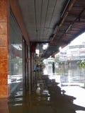 街道在Rangsit,泰国被充斥,在2011年10月 库存照片