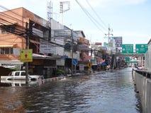 街道在Rangsit,泰国被充斥,在2011年10月 免版税库存照片
