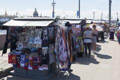 街道在Vasilievsky海岛唾液的纪念品贸易在圣彼德堡 免版税库存图片