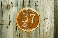 街道地址的数字葡萄酒难看的东西正方形金属生锈的板材与第37特写镜头的 免版税库存图片