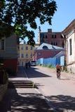 街道场面在与当地人的中午在老维堡邻里 库存照片