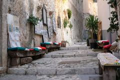 街道场面在佩斯基奇,南意大利美丽如画的Puglian镇Gargano半岛的 图库摄影