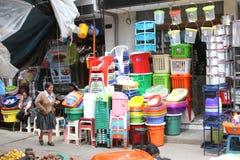街道场面在卡哈马卡,有卖塑料的商店的秘鲁 免版税图库摄影