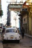 街道场面在哈瓦那,有葡萄酒汽车和标志的古巴 库存图片