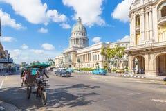 街道场面在国会大厦附近的哈瓦那 免版税图库摄影