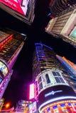 街道场面在晚上时常摆正在曼哈顿,纽约 免版税库存照片