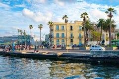 街道场面在有五颜六色的殖民地大厦和现代游轮的哈瓦那旧城 免版税图库摄影