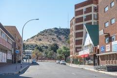街道场面在有纳尔逊・曼德拉雕象的布隆方丹  免版税图库摄影
