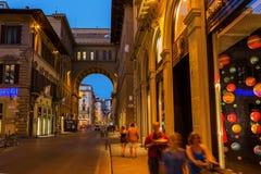 街道场面在老镇佛罗伦萨在晚上 免版税库存照片