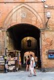街道场面在老镇锡耶纳,意大利 图库摄影