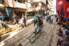 街道场面在老镇, 2013年11月28日在加德满都,尼泊尔 库存照片