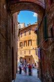 街道场面在锡耶纳,托斯卡纳,意大利 免版税库存照片