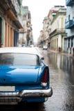 街道场面在雨天在哈瓦那,古巴 图库摄影