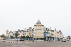 街道场面,与公寓和企业在斯瓦科普蒙德 免版税库存照片