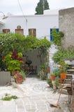 街道场面经典希腊海岛建筑学绘了步行和 免版税库存图片
