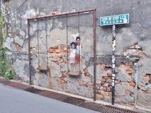 街道墙壁上的标题`兄弟和姐妹摇摆`的 免版税库存图片