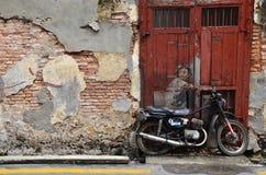 街道壁画由欧内斯特Zacharevic给权了自行车的男孩在槟榔岛 免版税库存图片