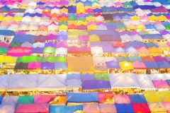 街道夜市场倍数颜色鸟瞰图上面  库存图片