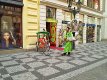 街道大象玩偶面具的广告员 免版税图库摄影