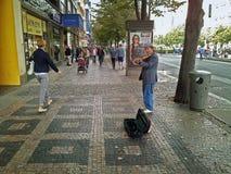 街道小提琴手在布拉格的中心执行 免版税库存照片