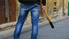 街道小流氓拿着一个棒球棒 影视素材