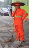 街道工作者清洗人行道与笤帚工具 库存图片
