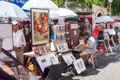 街道巴黎人风景在卖他的在地方du Tertre,巴黎的绘画的蒙马特-艺术家 库存图片