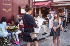 街道巴黎人风景-咖啡馆在有的蒙马特画艺术家,巴黎 免版税库存照片