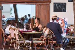 街道巴黎人风景-咖啡馆在有的蒙马特画艺术家,巴黎 库存图片