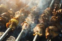 街道快餐节日、牛肉和鸡kebab在格栅 免版税库存图片