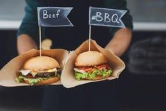 街道快餐,与bbq的汉堡包烤了牛排 免版税库存照片