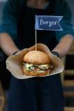 街道快餐,与bbq的汉堡包烤了牛排 图库摄影