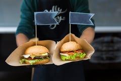 街道快餐,与bbq的汉堡包烤了牛排 库存照片