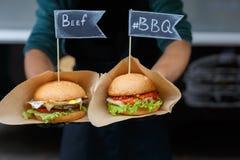 街道快餐,与bbq的牛肉汉堡包烤了牛排 免版税库存照片