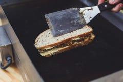 街道快餐,在格栅的三明治 库存图片