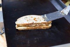 街道快餐,在格栅的三明治 免版税库存图片