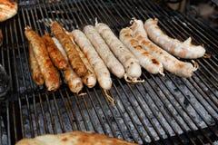 街道快餐,在bbq的烤香肠 免版税库存照片