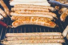 街道快餐,在bbq的烤香肠 免版税库存图片