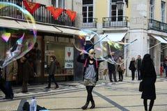 街道执行者吹的肥皂泡 免版税库存图片