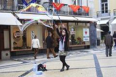 街道执行者吹的肥皂泡 图库摄影