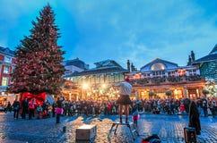 街道执行者和圣诞节在科文特花园,伦敦,英国,英国,欧洲treen 免版税库存照片