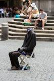 街道执行者在罗马显示一个魔术技巧,没有一个头的身体, 库存图片