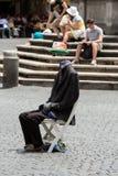 街道执行者在罗马显示一个魔术技巧,没有一个头的身体 免版税库存照片