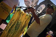 街道推销员赞成弹劾巴西 免版税图库摄影