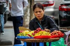 街道新鲜水果卖主河内 免版税库存照片