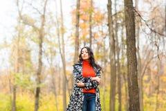 街道时尚概念-一个俏丽的女孩的特写镜头画象 秋天美丽的妇女 免版税图库摄影