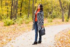 街道时尚概念-一个俏丽的女孩的特写镜头画象 秋天美丽的妇女 库存照片