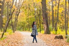 街道时尚概念-一个俏丽的女孩的画象 秋天美丽的妇女 免版税库存照片