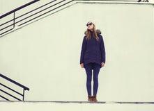 街道时尚概念-时髦的俏丽的行家女孩 免版税库存照片